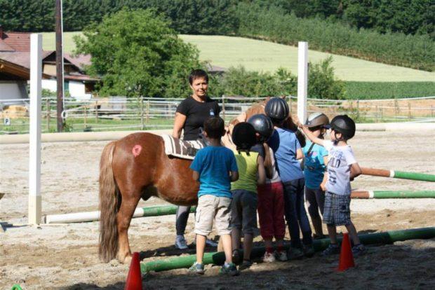 Andrea mit Kindern und Pferd