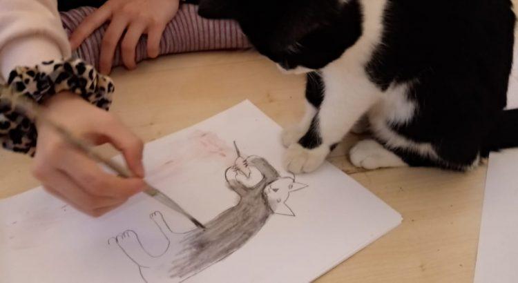 Katze hilft beim Malen